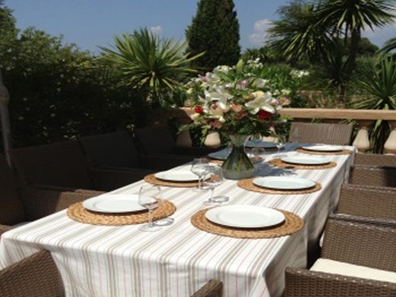 Villa tranquille bormes garden pool for Dinner on the terrace